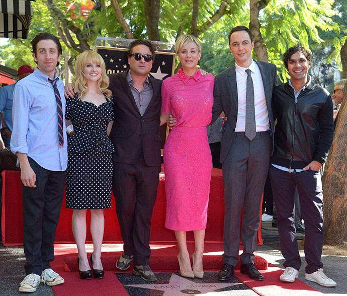 Кейли с коллегами по сериалу «Теория Большого взрыва»