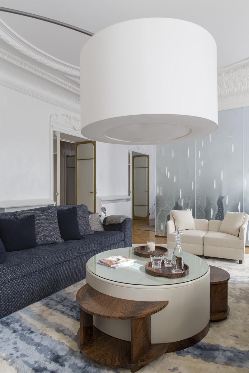 Гостиная отделена от столовой стеклянной перегородкой с инкрустацией из гипса, дизайн Брижит Саби, исполнение Бернара Пикте.