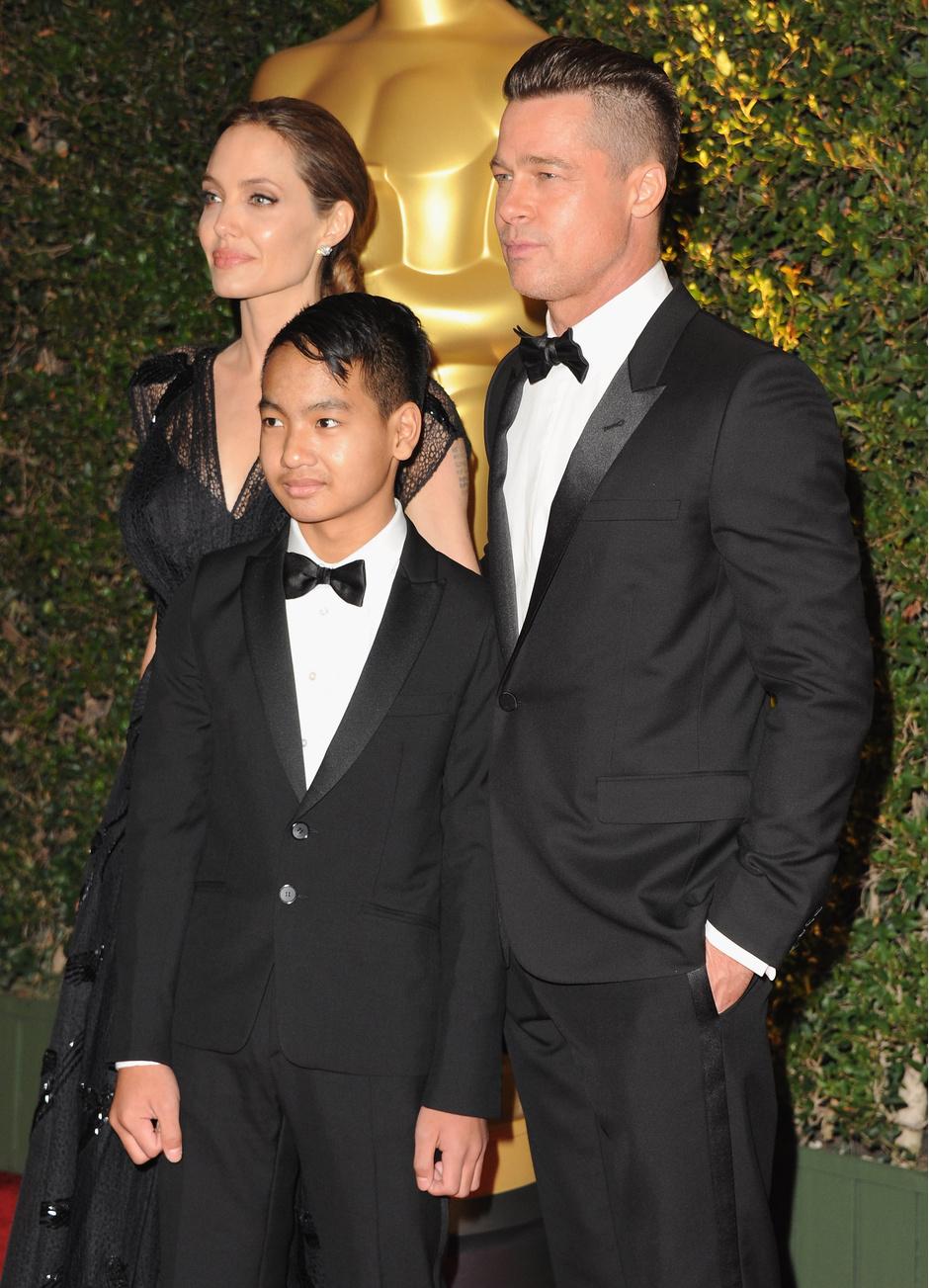 Анджелина Джоли и Брэд Питт с сыном Мэддоксом