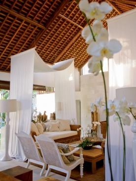 Гостиная виллы OAZIA White. В соответствии с названием здесь все белое.