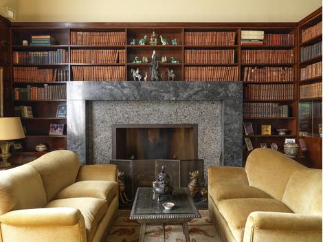 Курительная комната. Гигантский каминный портал сложен из двух видов серого мрамора.