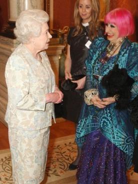Королева Елизавета II и дизайнер Зандра Роудс
