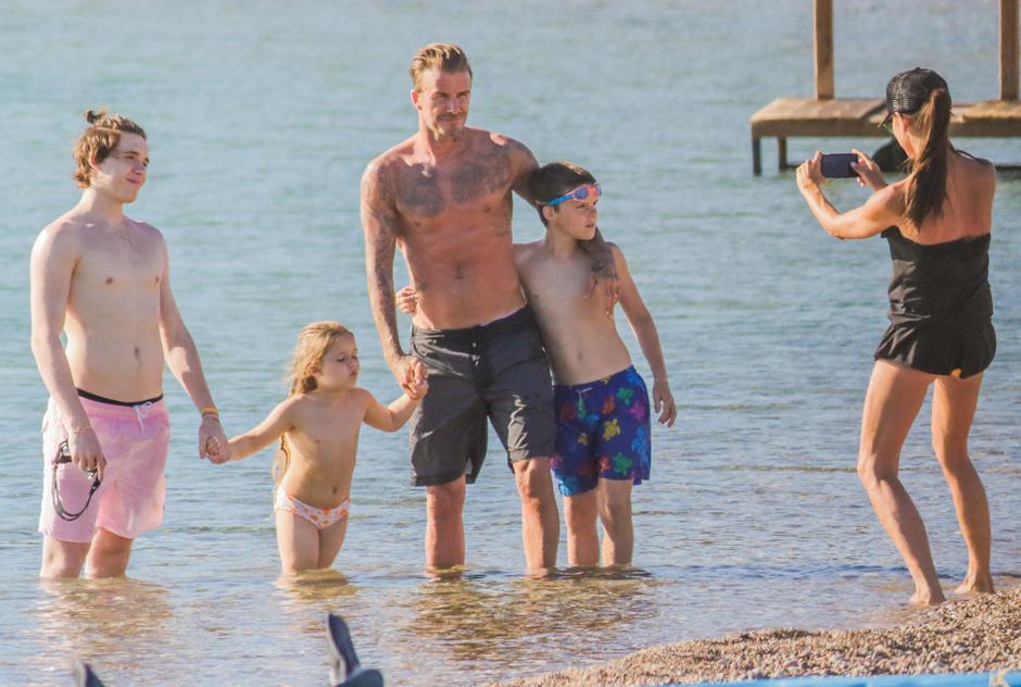 Дэвид и Виктория Бекхэм отдыхают с детьми в Греции
