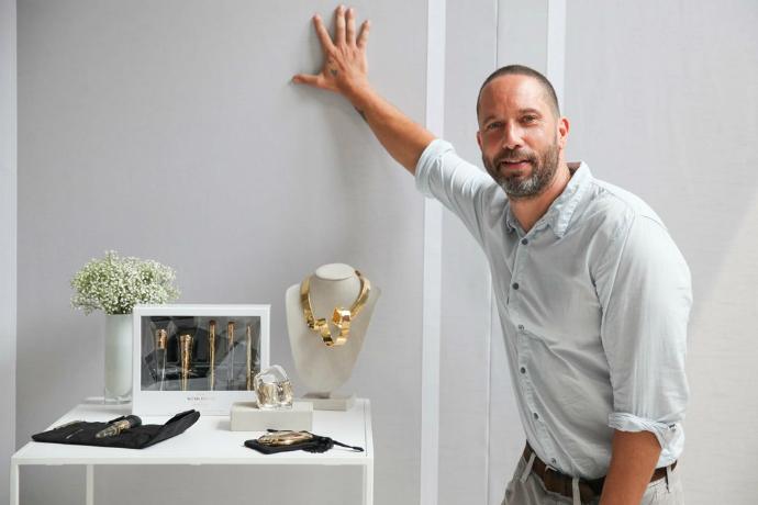 Алексис Биттар со своей коллекцией макияжа