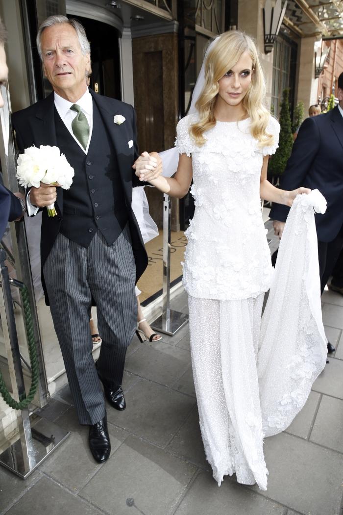 Поппи Делевинь в свадебном платье от Chanel