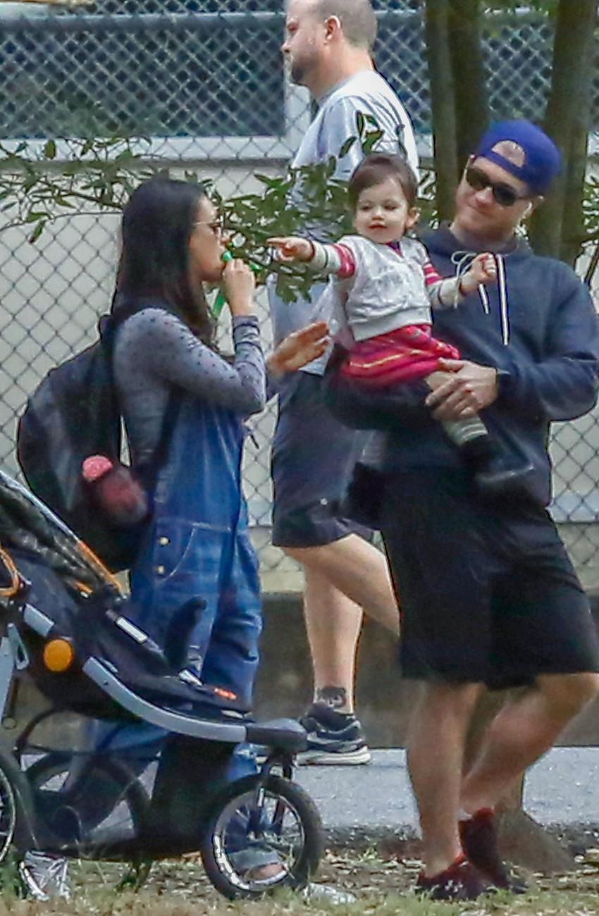Мила Кунис и Эштон Катчер с дочкой