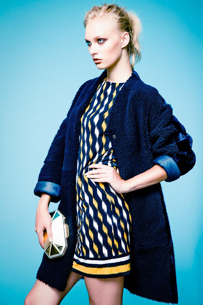 Платье, MICHAEL Michael Kors, 9 950 руб.; пальто из овчины, Marc Cain, 113 520 руб.; клатч, Giuseppe Zanotti Design, цена по запросу.