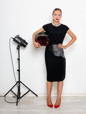 На Марте: топ, юбка, все — Bally; колье, vintage; туфли, Manolo Blahnik