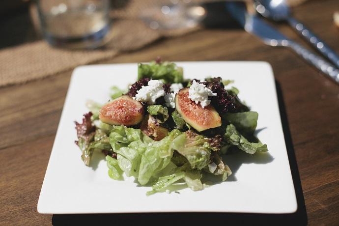 Зеленый салат из инжира и горгонзолы