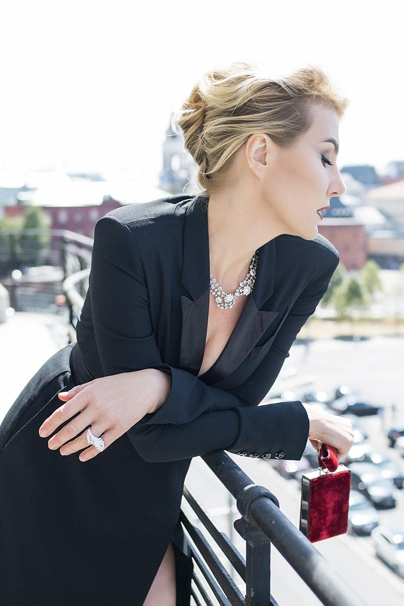 Платье, Alexander Terekhov; колье и кольцо, белое золото, бриллианты, все — Carrera y Carrera; клатч, винтаж