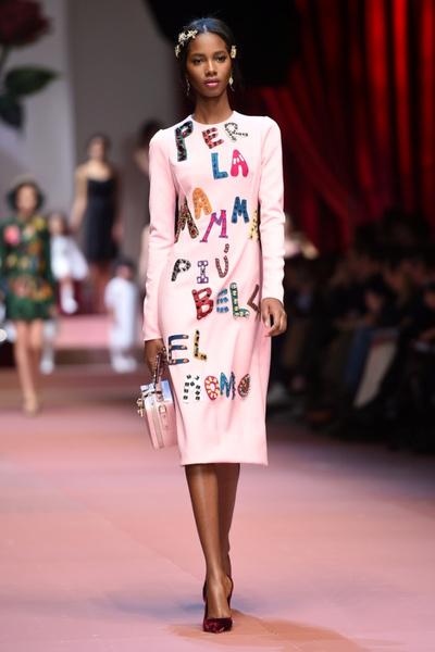 Дочки-матери: Dolce & Gabbana представили семейную коллекцию на Неделе моды в Милане | галерея [1] фото [5]
