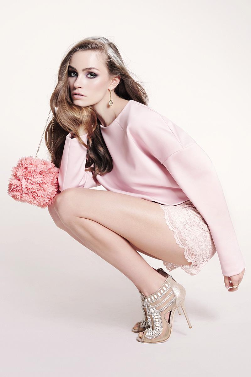 Пуловер, H&M, 1 999 руб.; шорты, Blugirl, 20 700 руб., серьги, 46 625 руб., кольцо, 19 630 руб., все — Freywille; босоножки, Jimmy Choo, 70 850 руб.; клатч, Kotur, 19 000 руб.