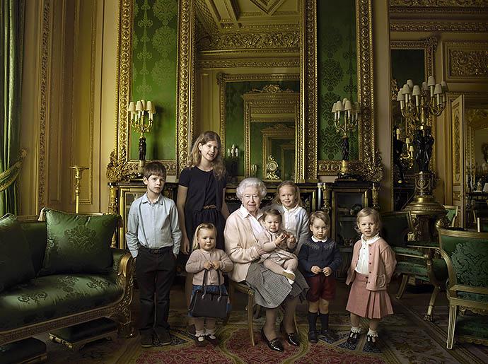 Елизавета II с правнуками