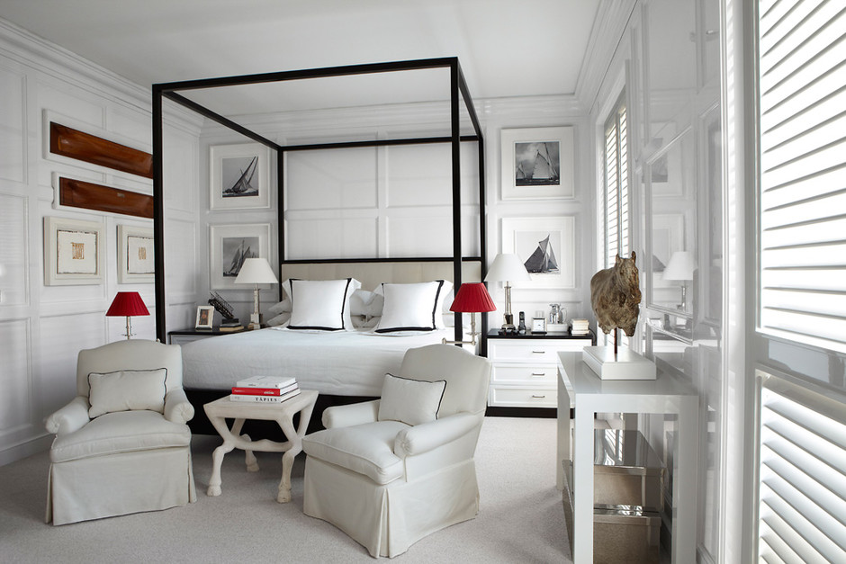 Спальня. Кровать и кресла сделаны на заказ по эскизам Бустаманте и обиты текстилем, Loro Piana. Винтажная консоль, дизайн Джона Дикинсона. На ней — работа скульптора Николы Хикса. На полу — сизалевое покрытие, Kape Deco.