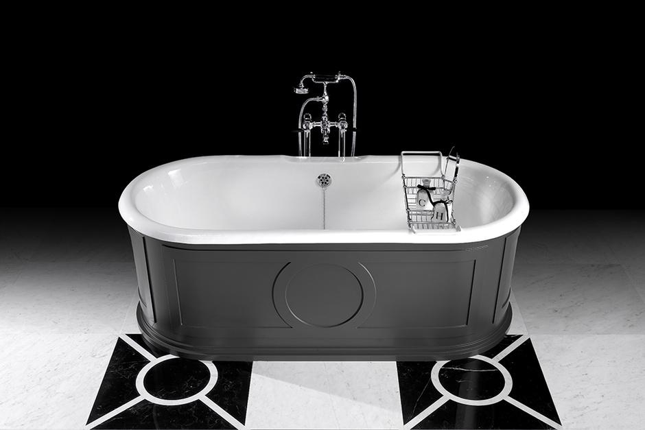 Чугунная ванна Capitol с изысканной деревянной обшивкой в духе классических буазери, Devon & Devon. www.devon-devon.com
