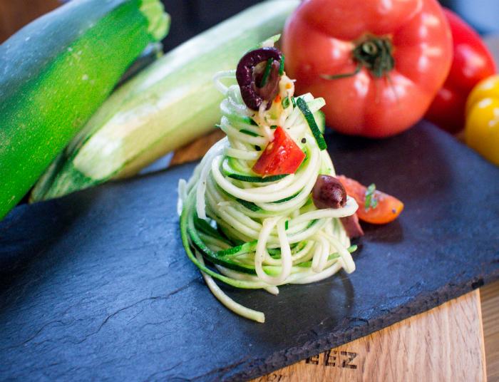 Спагетти из цуккини с огурцом, сладким перцем и маслинами
