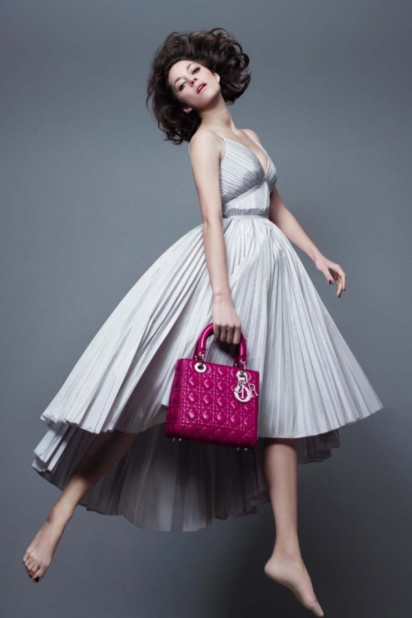 Марион Котийяр с новой сумкой Lady Dior
