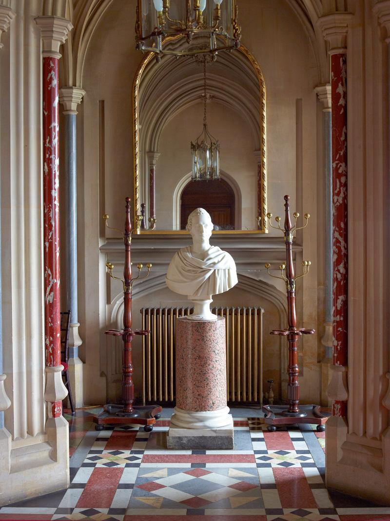 Холл замка был заново отделан архитектором Гилбертом Скоттом в 1870 году. Бюст второго графа Карнарвона — работа Лоренцо Бартолини.