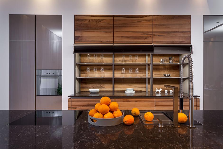 Комбинированная кухня, представленная в салоне «Кухонные интерьеры».
