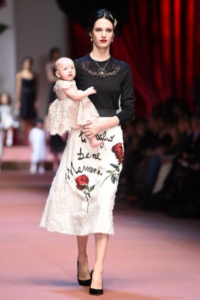 Дочки-матери: Dolce & Gabbana представили семейную коллекцию на Неделе моды в Милане | галерея [2] фото [20]