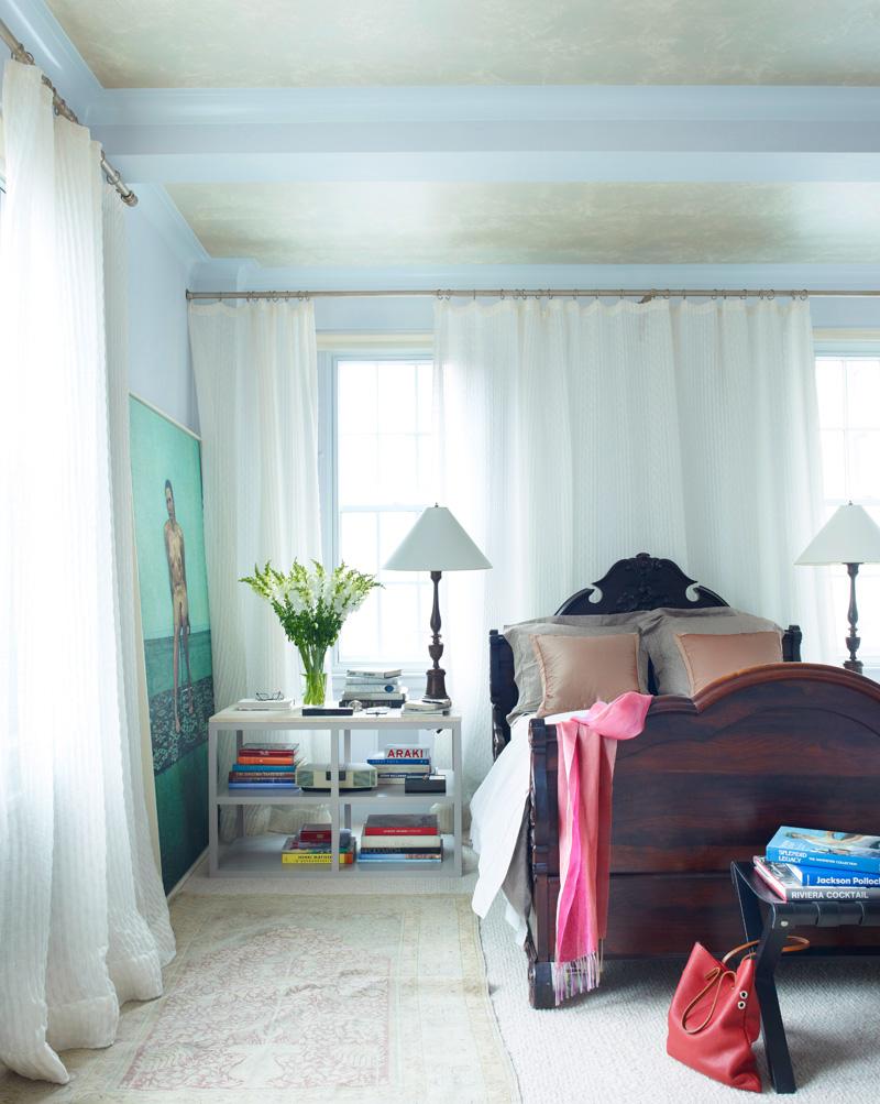 Спальня Джеффри и Тины. Старинную кровать хозяева купили в год своей свадьбы. Прикроватный столик со столешницей из травертина сделан по эскизу Джона Саладино. Шторы, Larsen Linen, ковер, Sacco Carpet.