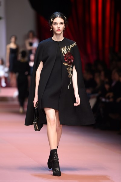 Дочки-матери: Dolce & Gabbana представили семейную коллекцию на Неделе моды в Милане | галерея [2] фото [14]