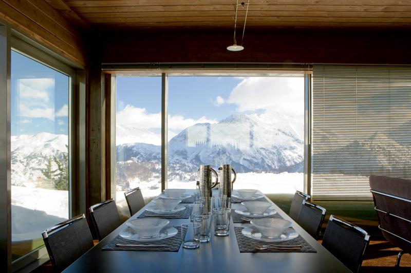 Из окон столовой, объединенной с кухней и гостиной, открывается вид на горы Сестриере. Стол сделан по эскизу хозяина дома.