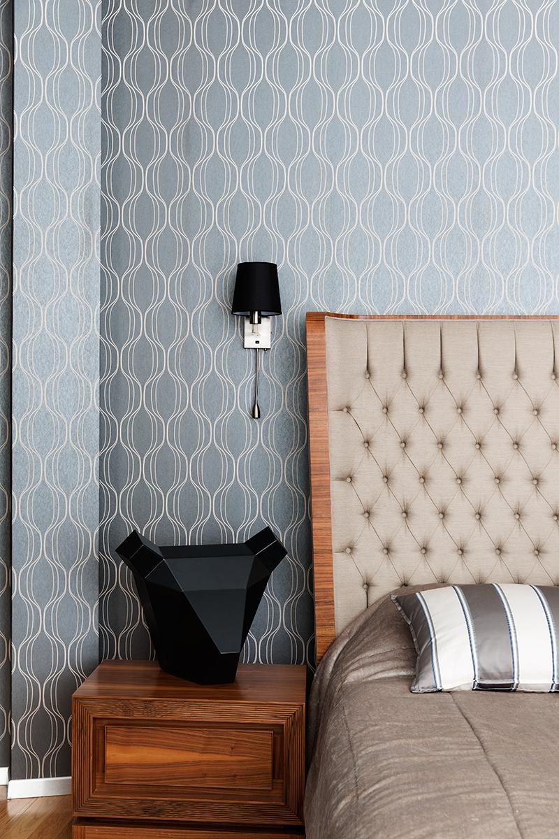 Спальня. Кровать и тумбочка, Mobi; обои, Eco Wallpaper.
