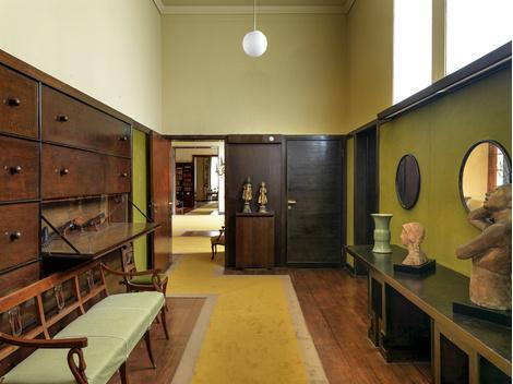 В этой комнате при кухне дважды в день — в полдень и в семь часов вечера — весь штат прислуги собирался за столом.