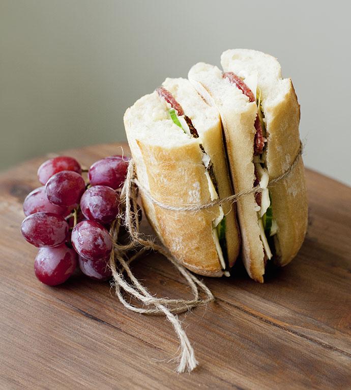 Сэндвич с ветчиной, грушей и сыром бри