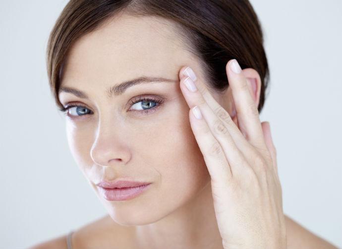 За кожей вокруг глаз нужен особый уход