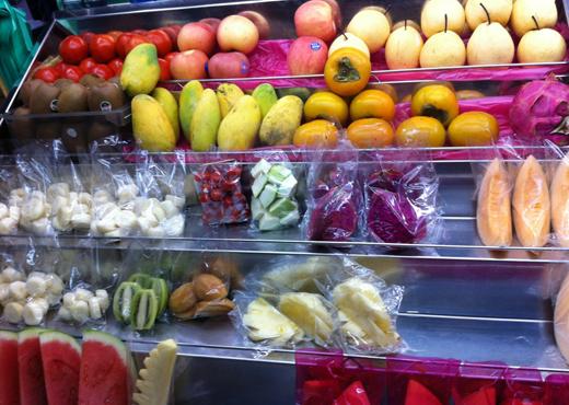 Лоток с фруктами и соками на Пенанге