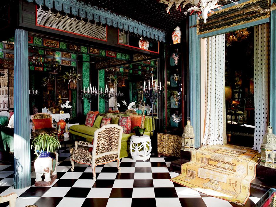 Столовую Дюкетт разместил в пристройке к дому, изначально служившей гаражом. Комната обставлена с восточной пышностью: декоратор активно использовал для ее украшения экзотические артефакты.