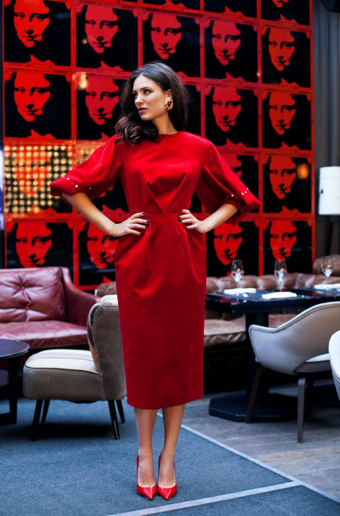 Платье - Ulyana Sergeenko; туфли - Jimmy Choo; серьги - MAGIA DI GAMMA