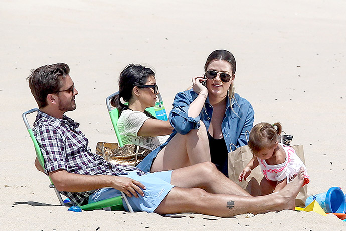 Кортни Кардашьян с супругом Скоттом Дисиком, дочерью Пенелопой и сестрой Хлои Кардашьян фото