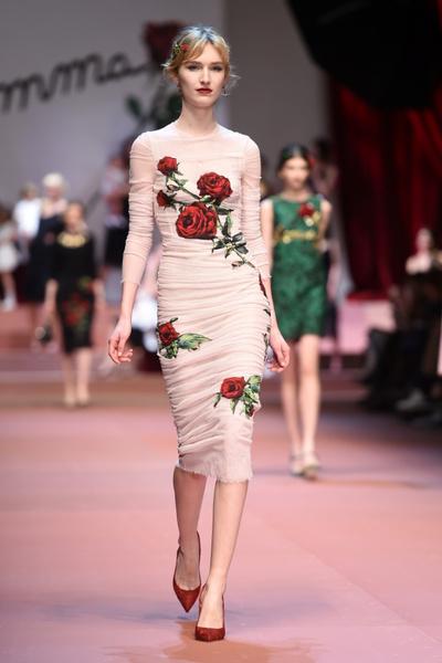 Дочки-матери: Dolce & Gabbana представили семейную коллекцию на Неделе моды в Милане | галерея [2] фото [7]