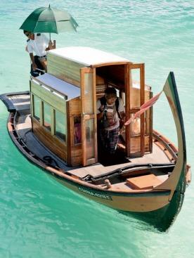 Днем мы плыли  с одного острова на другой  в лодке, а вечером шагали тем же маршрутом по щиколотку  в воде