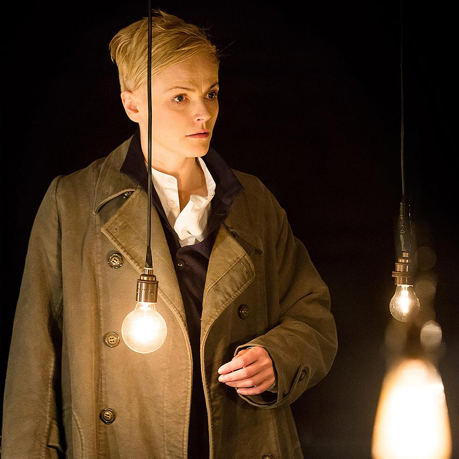 """Британская актриса Максин Пик в роли Гамлета, """"Гамлет"""", реж. Маргарет Уильямс"""