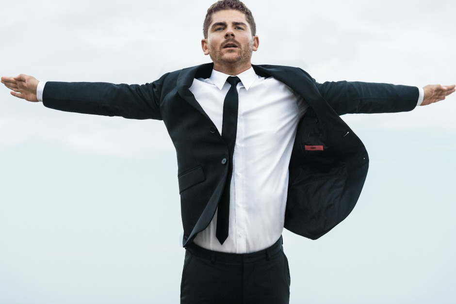 Хай-дайвер Дэвид Колтури спрыгнул со скалы в костюме Hugo Boss