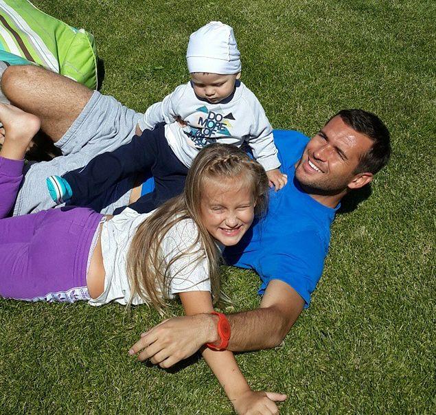 Александр Кержаков с дочерью Дашей и сыном Игорем