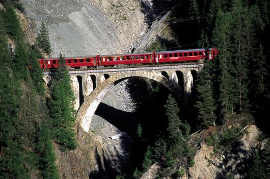 На фото: Путешествие на поезде до Понтресины