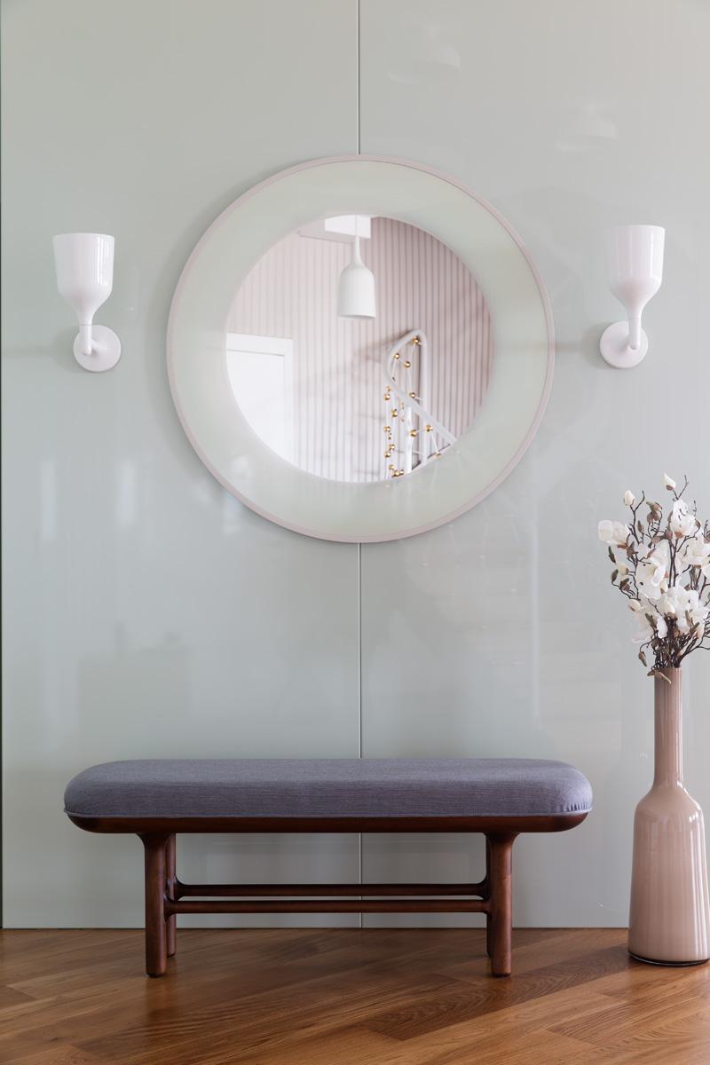 Стеновые панели холла, зеркало и скамья, все — дизайн Хайме Айона. Бра Copaсabana, Metalarte.