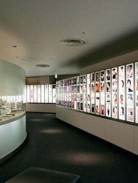Рекламные страницы Shiseido разных лет, собранные в музее марки
