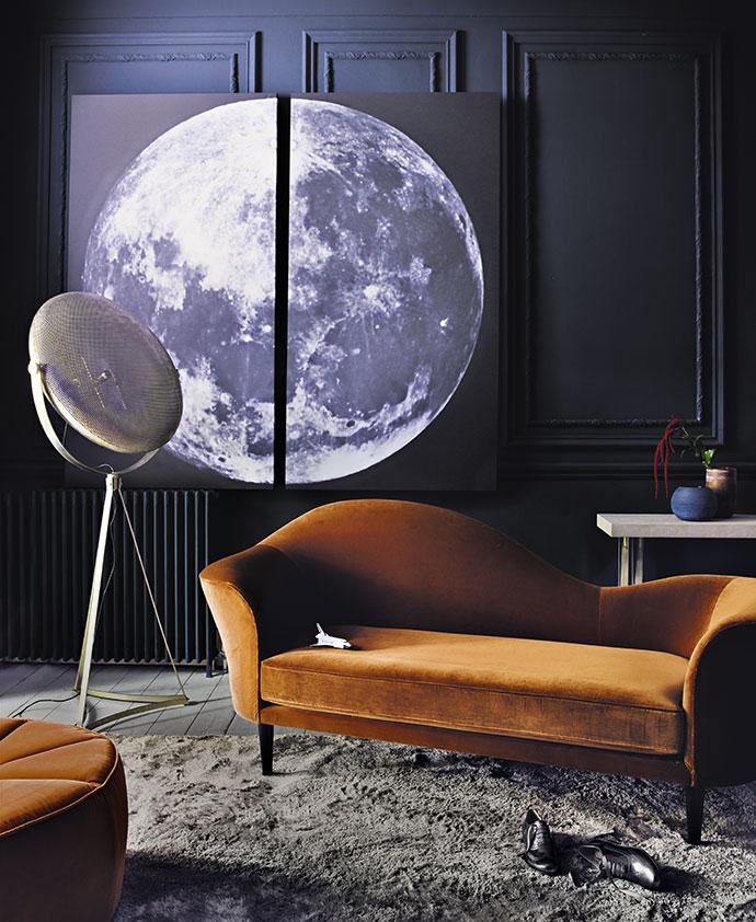 фото Луны, www.art.com, и повторяющий ее форму торшер Artisan Disc, Lombok