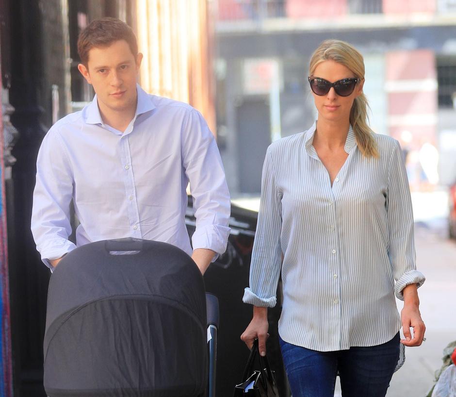 Джеймс Ротшильд и Ники Хилтон с дочкой