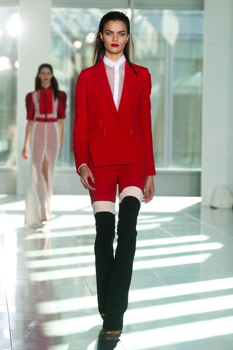 Белый, красный, черный: главные цвета показа Antonio Berardi