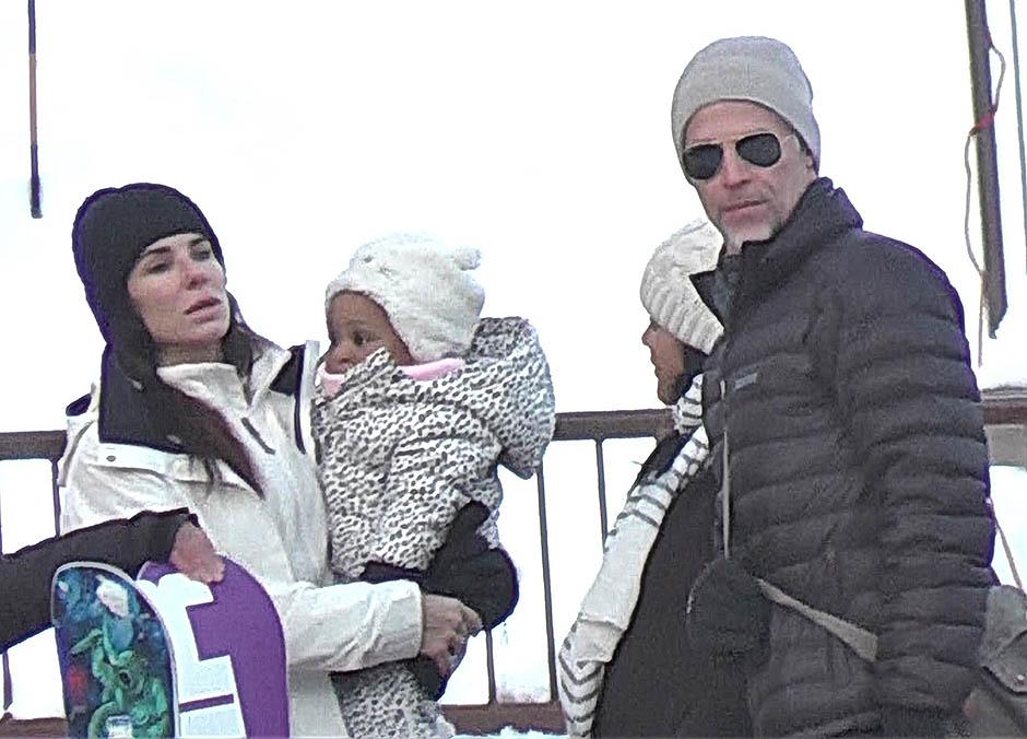 Сандра Буллок с дочерью Лайлой и Брайаном Рендаллом