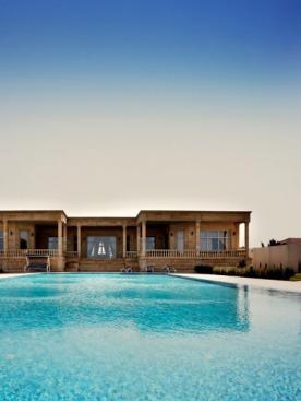 Дом и море разделяет только бассейн
