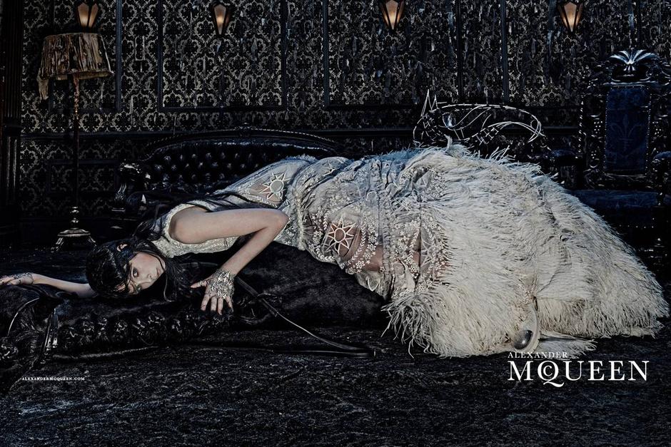 Опубликован первый кадр новой рекламной кампании Alexander McQueen