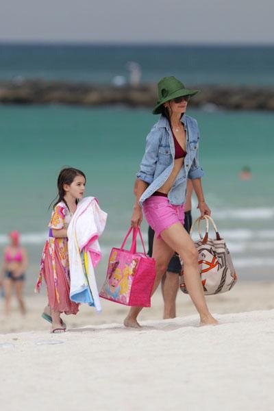 Кэти Холмс и Сури на пляже